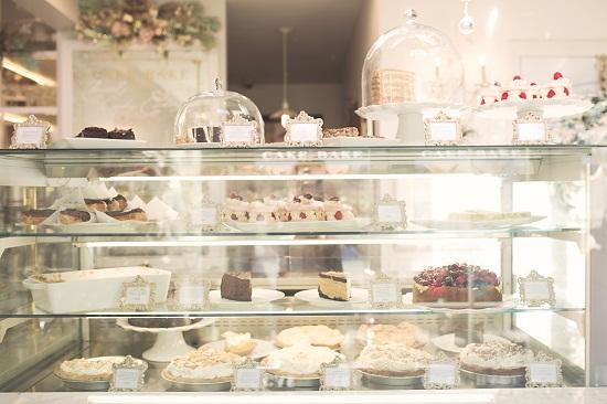 tủ kính trưng bày bánh kem