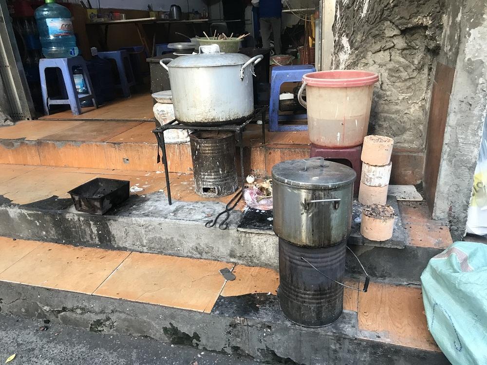 nấu phở bằng bếp than