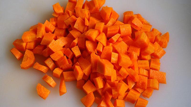 Cắt cà rốt bằng tay không thể đạt độ đều đẹp